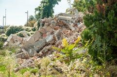 Rest av orkan- eller jordskalvkatastrofskada på förstört gammalt hus med det kollapsade taket och väggar på högen arkivfoto