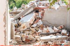 Rest av orkan- eller jordskalvkatastrofskada på förstört gammalt hus med det kollapsade taket och väggar på högen fotografering för bildbyråer