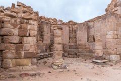 Rest av Roman Temple i Petra Nära den Wadi Musa staden i Jordanien arkivbilder