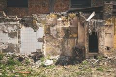 Rest av skada för orkan- eller jordskalvefterdyningkatastrof på förstörda gamla hus royaltyfri bild