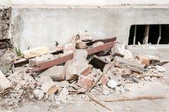 Rest av skada för orkan- eller jordskalvkatastrofslutsumma på förstört gammalt hus eller byggnad royaltyfria bilder