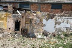 Rest av skada f?r orkan- eller jordskalvefterdyningkatastrof p? f?rst?rda gamla hus med det kollapsade taket och v?ggen fotografering för bildbyråer
