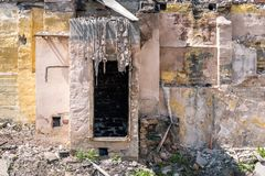 Rest av skada f?r orkan- eller jordskalvefterdyningkatastrof p? f?rst?rda gamla hus med det kollapsade taket och v?ggen arkivfoto