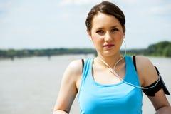 Rest der jungen Frau nach Lauf, rüttelndes Passung in die Stadt Lizenzfreies Stockbild