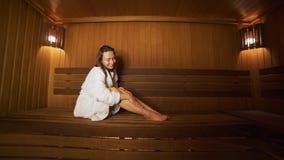 Rest der jungen Frau in der Sauna stock video
