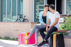 Rest der Käufe Paare, die Einkaufstaschen umarmen und halten Lizenzfreies Stockbild