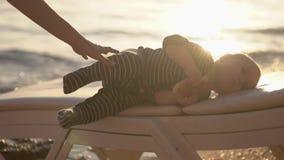 Rest der Könige - wenig Baby Brötchen in der Zeitlupe bei Sonnenuntergang essen stock video footage