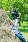 Rest mit zwei junger Dorfjungen auf der Natur Lizenzfreies Stockfoto