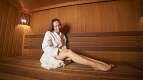 Rest van de jonge vrouw in de sauna stock footage