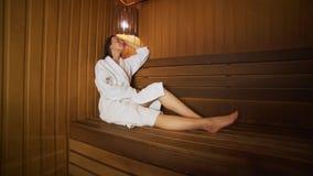 Rest van de jonge vrouw in de sauna stock video