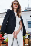 Resta кафа прогулки женщины брюнет взгляда улицы стиля моды элегантное Стоковая Фотография RF