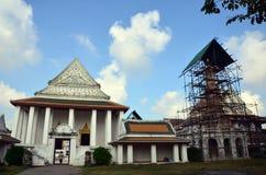 Restablecimiento de Carver y chedi de la reparación en Wat Thepthidaramvaraviharn Temple en Bangkok Tailandia Fotografía de archivo