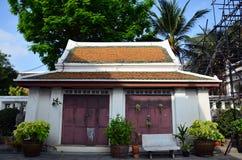 Restablecimiento de Carver y chedi de la reparación en Wat Thepthidaramvaraviharn Temple en Bangkok Tailandia Imagen de archivo
