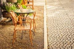 空的椅子和桌在室外咖啡店咖啡馆和restau附近 免版税库存图片