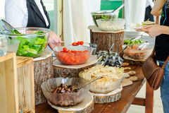 Restauração culinária da barra de salada da culinária exterior Grupo de pessoas em tudo que você pode comer Jantando o conceito d Fotografia de Stock Royalty Free