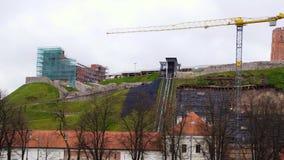 A restauração da montanha de Gediminas dentro após um corrimento, panorama video estoque