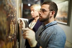 Restauração de pintura no museu fotografia de stock