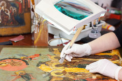 Restauração do ícone cristão com burnisher da ágata fotografia de stock royalty free