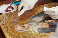 Restauração do ícone dourado velho imagens de stock