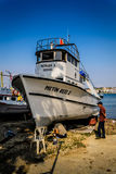 Restauração do barco no abrigo dos pescadores Imagens de Stock