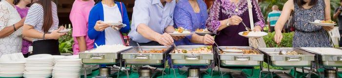 Restauração do bufete do alimento que janta comendo o partido que compartilha do conceito imagem de stock
