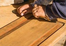 Restauração manual da porta de madeira velha de um armário Fotografia de Stock Royalty Free