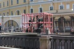 restaura??o das esculturas dos le?es com as asas no canal de Petersburgo imagens de stock royalty free