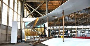 Restauración histórica de los aviones en hangar