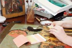 Restauración y dorado del icono antiguo Fotos de archivo libres de regalías