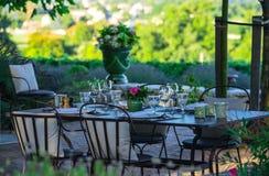 restauracja - luksus - rTerrace w lecie - winnica zdjęcia stock