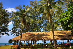 Restauracja, plaża i drzewa, Phra Ae plaża, Ko Lanta, Tajlandia Zdjęcie Royalty Free