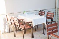 Restauracja pusty stół i krzesła, kawiarnia tarasu stół obraz stock