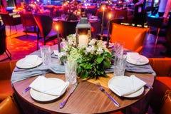 restauracja służyć stół Selekcyjna ostrość Zdjęcia Royalty Free