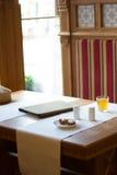 Restauracja stół z menu książką, tablecloth i solankowymi potrząsaczami, Obrazy Stock
