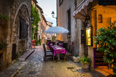 Restauracja w wieczór przy starym steet Fotografia Royalty Free