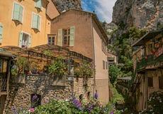 Restauracja z kwiatami i falezami w Moustiers-Sainte-Marie Fotografia Royalty Free