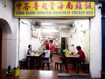 Restauracje słuzyć jedzenie miejscowi i turyści w Chinatown, Singapur Fotografia Stock