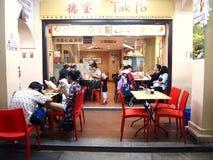 Restauracje słuzyć jedzenie miejscowi i turyści w Chinatown, Singapur Obraz Stock