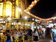Restauracje słuzyć jedzenie miejscowi i turyści w Chinatown, Singapur Zdjęcia Stock