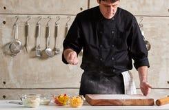 Restauracyjna hotelowa intymna szefa kuchni okurzania mąka na pokładzie zdjęcia royalty free