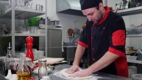Restauracyjna kuchnia Szef kuchni robi ciastu dla pizzy zdjęcia royalty free