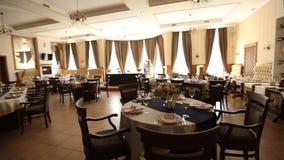 Restauracyjna wewnętrzna dekoracja dla poślubiać lub urodziny z kolorami białych i błękita Wakacyjne florystyki lub róże na stoła zbiory wideo