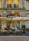 Restauracyjna zewnętrzna fasada przy historycznym centrum Milan zdjęcia stock