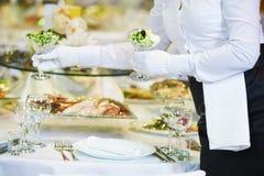 Restauracyjne usługa Żeński kelnerki porci stół zdjęcia stock