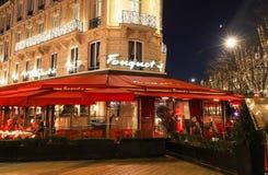 Restauracyjny Fouquets dekorujący dla bożych narodzeń Ja lokalizował przy aleja czempionami Elysees w Paryż Fouquets jest history obraz stock