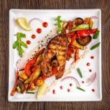 Restauracyjny jedzenie, piec na grillu jedzenie, piec na grillu warzywa, piec na grillu łosoś, rybi stek - Łososiowy stek Zdjęcia Royalty Free