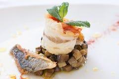 Restauracyjny naczynie z sardelą, aubergine, pstrąg i mennicą, zdjęcie stock