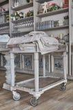 Restauracyjny sługi stół z stosem ręczniki Restauracyjni naczynia płytkie ogniska, fotografia royalty free