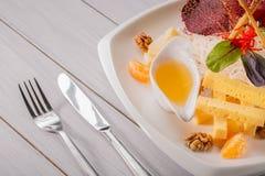 Restauracyjny serowy talerz - różnorodni typ sery z tangerine, orzechem włoskim, kumberlandem na białym drewnianym stole z rozwid Zdjęcie Stock