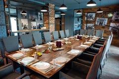 Restauracyjny wnętrze z słuzyć stołami gotowymi dla przyjazdu goście Strzelający pod naturalnym światłem zdjęcie royalty free